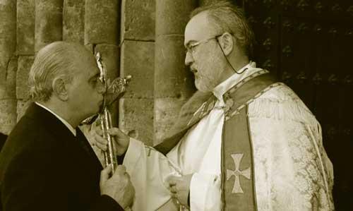 foto ministro interior besando crucifijo
