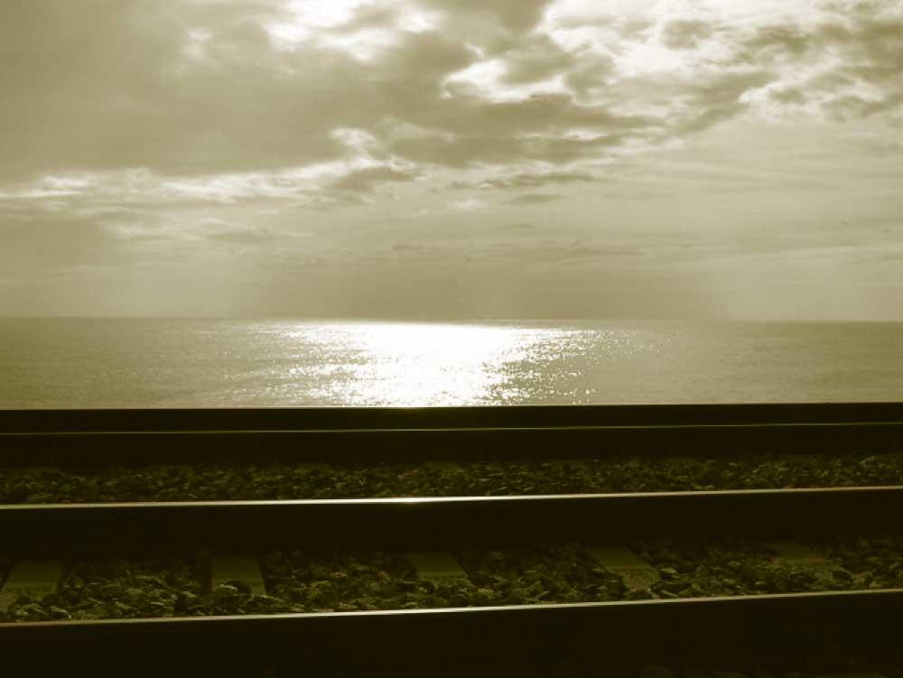 tren con fondo al mar