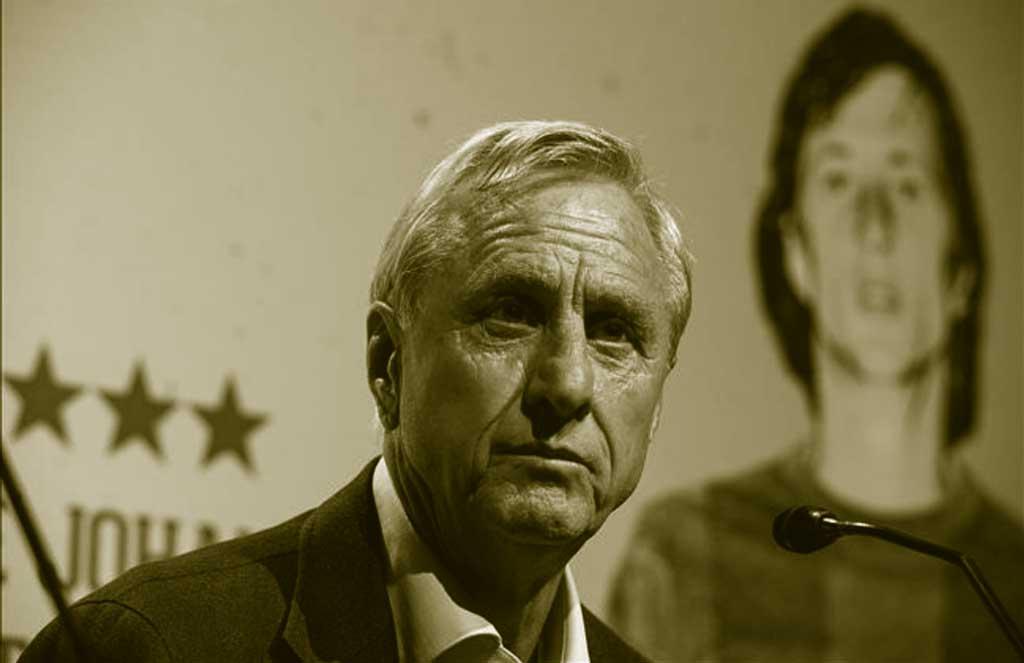 Johannes Cruyff rueda de prensa con su foto de joven