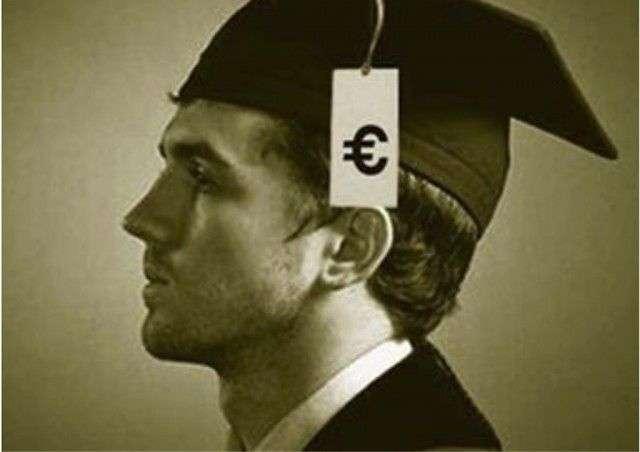 joven universitario con dinero