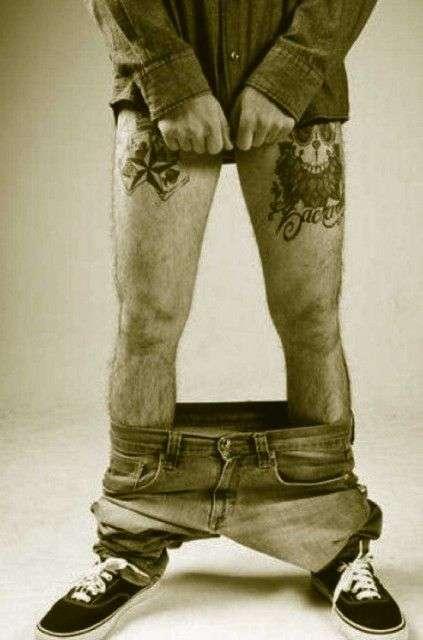 hombre con los pantalones bajados