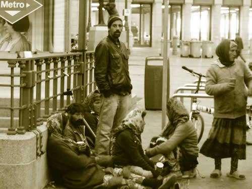 foto mendigos en el metro