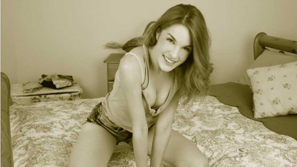 posando en cama Amarna Miller