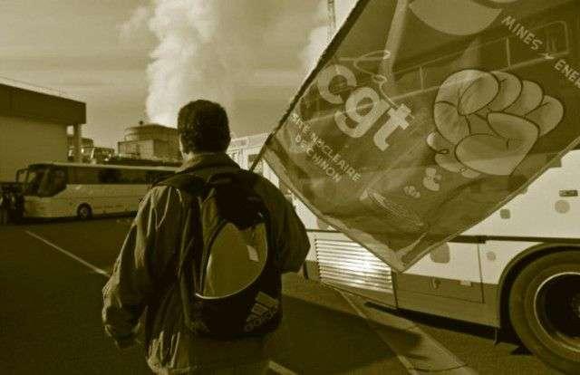 """Las acciones de la CGT de la electricidad, al mejor estilo """"Robin Hood"""", han cortado la electricidad en empresas y actos del gobierno, mientras la restituyen para sectores pobres, buscando lograr el apoyo social para el movimiento de lucha contra la ley laboral."""