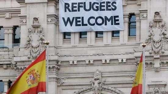 Pancarta Bienvenida Refugiados en el Ayuntamiento de Madrid
